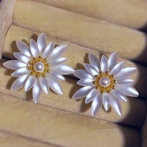 Jewelry - Vintage Pearlized Daisy Post Earrings